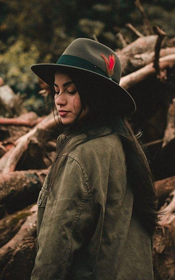 ژست عکس دخترانه لاکچری با کلاه در طبیعت