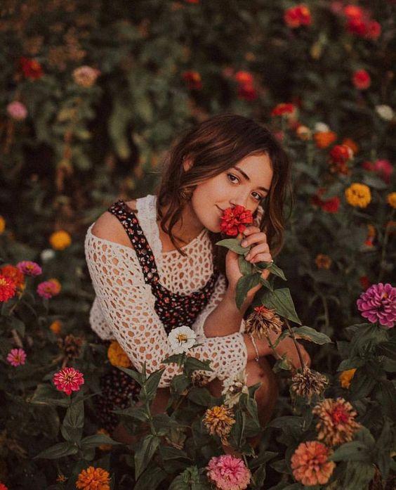 ژست عکس دخترانه در بین گل ها