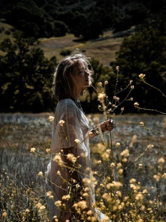 گرفتن ژست عکس دخترانه در طبیعت