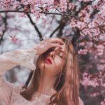 ژست عکس دخترانه بهاری در طبیعت