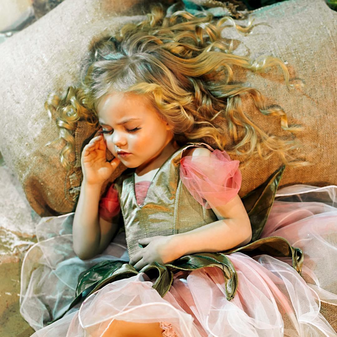 ژست عکس کودک دختر در خواب