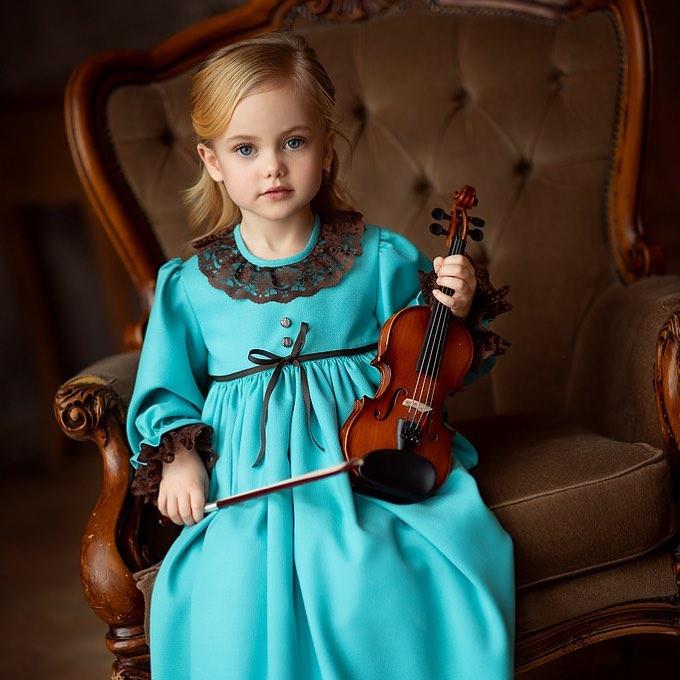جذاب ترین ژست کودک دختر در منزل با ویالون