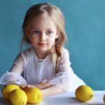 ژست ساده عکس کودک در منزل