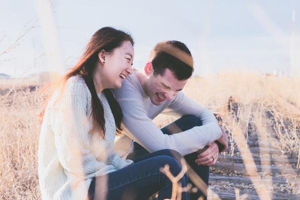 عکس عاشقانه دختر و پسر در حال خندیدن