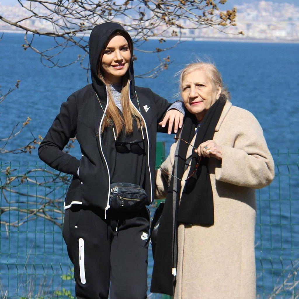 متین ستوده و مادرش