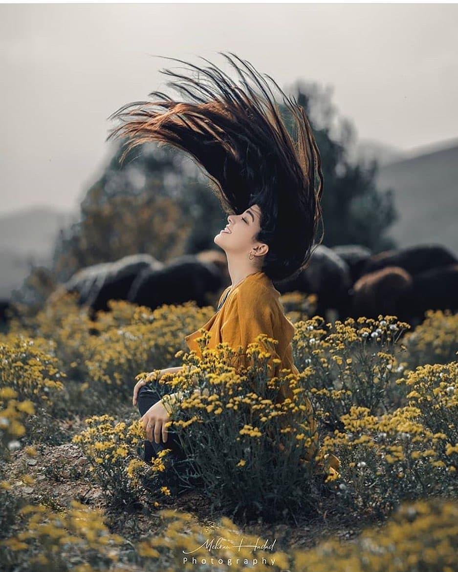ژست عکس دخترانه در طبیعت تکی