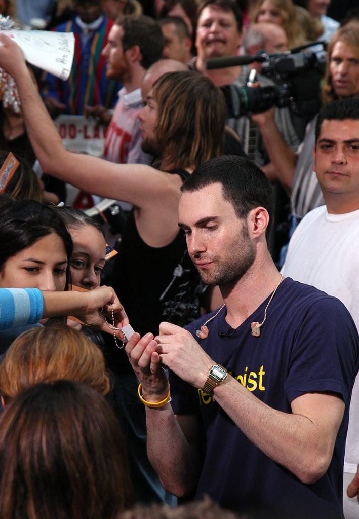 (Adam Levine) آدام لوین در حال امضا با دست چپ