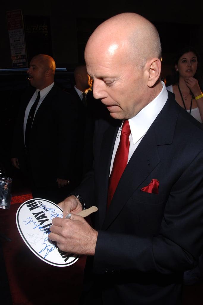 بروس ویلیس (Bruce Willis) در حال امضا با دست چپ