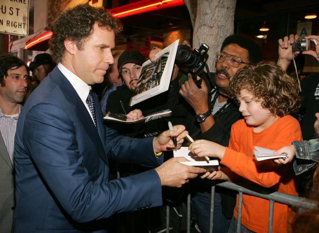 ویل فریل (Will Ferrell) در حال امضا با دست چپ