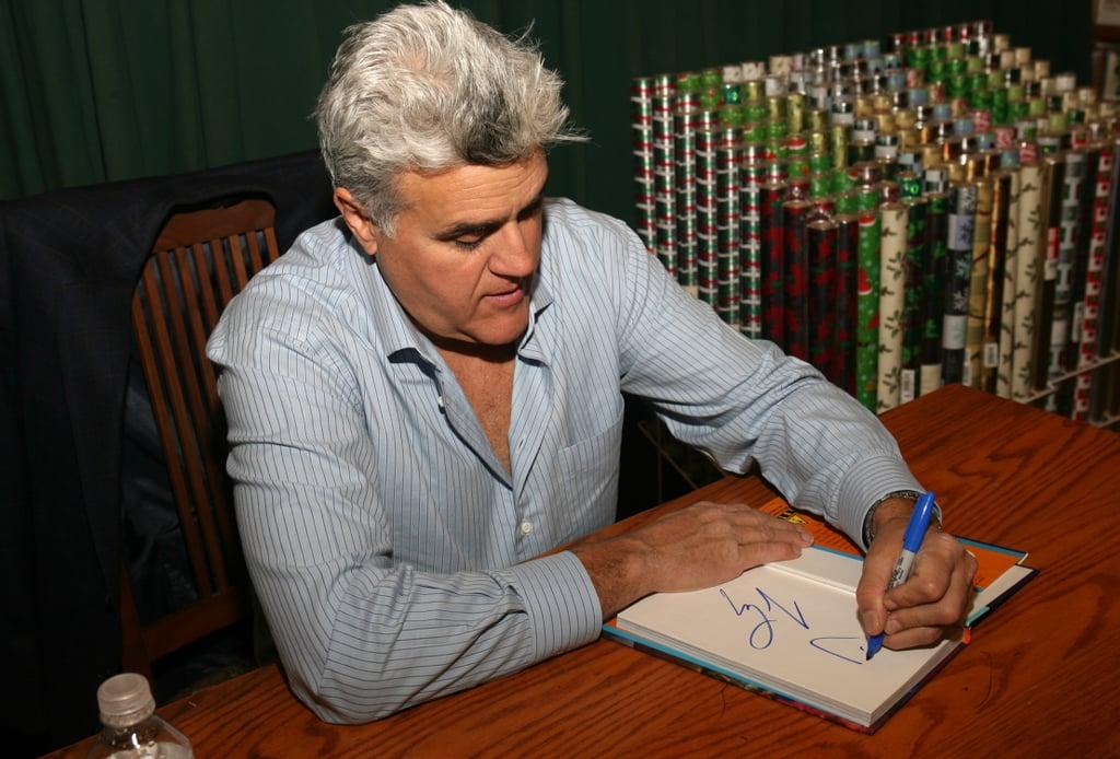جی لنو (Jay Leno) در حال نوشتن با دست چپ