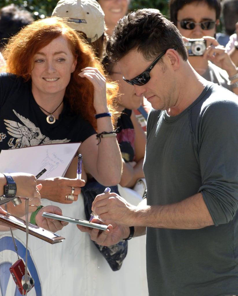 مت دیلون (Matt Dillon) در حال امضا با دست چپ