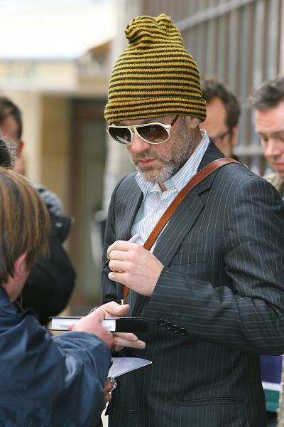 میکائیل استیپ (Michael Stipe) در حال امضا با دست چپ