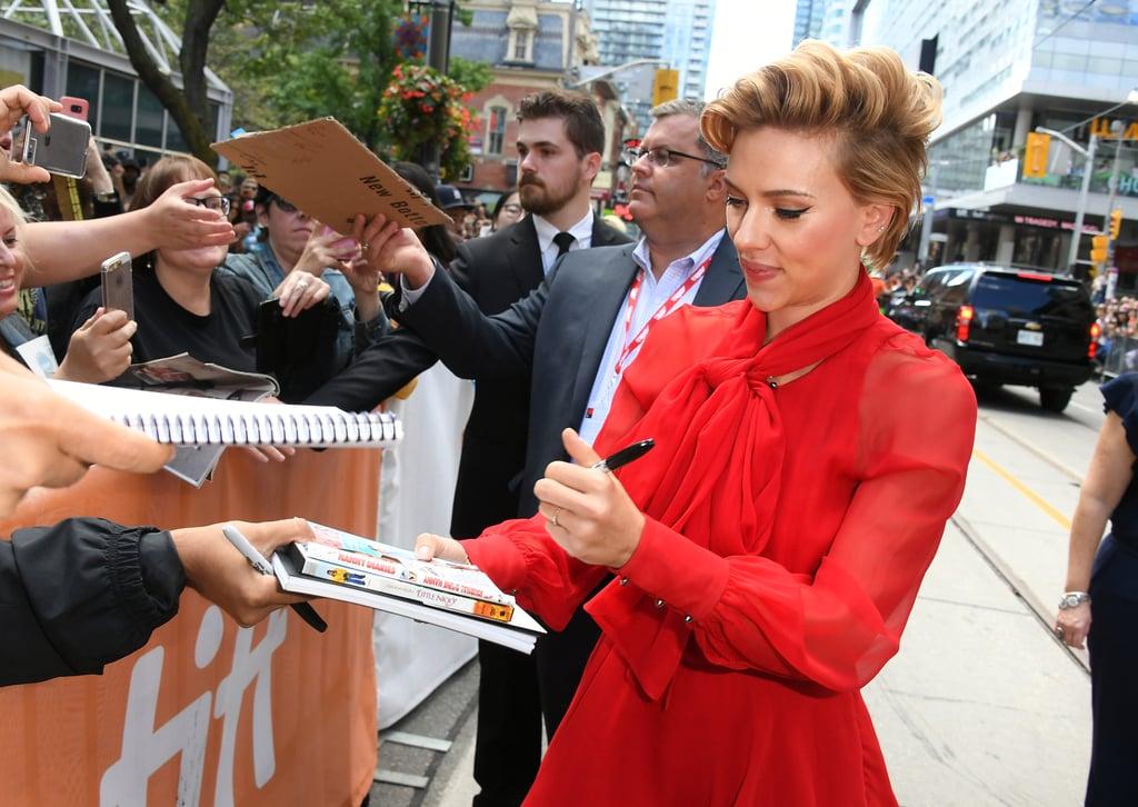 اسکارلت جانسون (Scarlett Johansson) در حال امضا با دست چپ