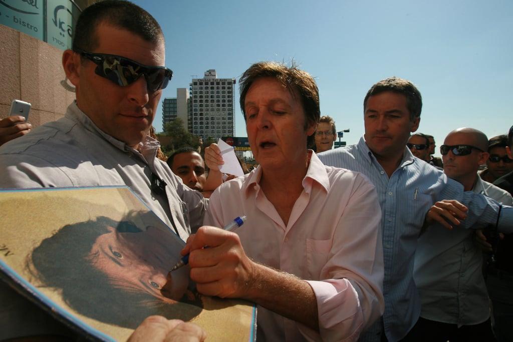 سیر پائول (Sir Paul McCartney) در حال امضا با دست چپ