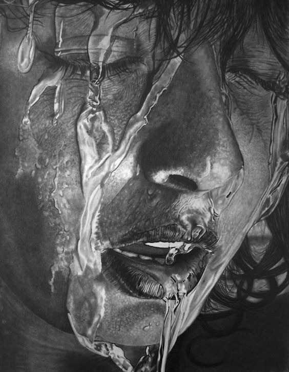 عکس نقاشی دختر غمگین با سیاه قلم