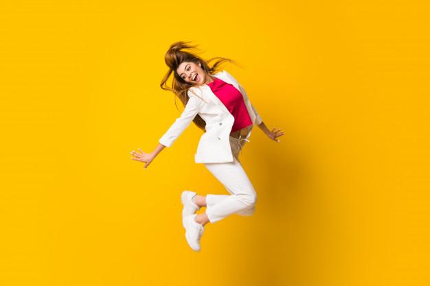 ژست عکس دخترانه هنگام پریدن
