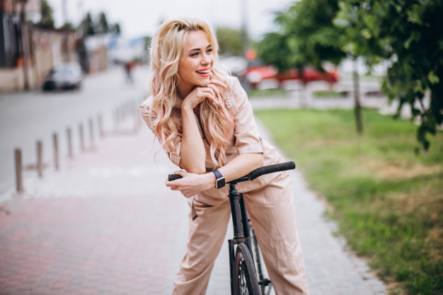 مدل ژست عکس دختر روی دوچرخه