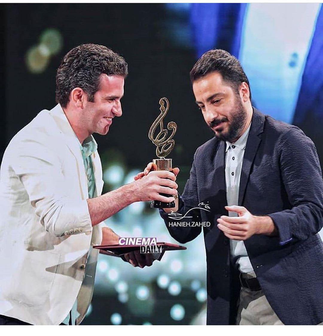 اهدای جایزه بهترین بازیگر مرد توسط هوتن شکیبا به نوید محمدزاده