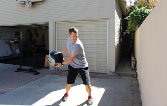 8 تمرین برای تقویت آمادگی جسمانی که باعث می شود بهتر شنا کنیم: تمرین با توپ طبی