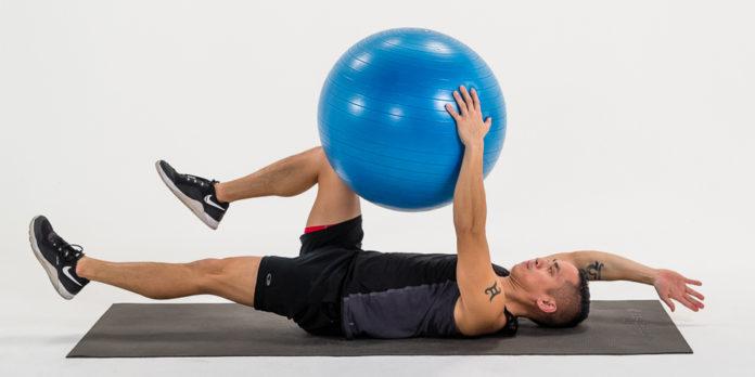 آموزش 10 حرکت بدنسازی با توپ پیلاتس (به همراه تصویر)