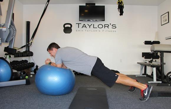 8 تمرین برای تقویت قدرت بدنی و آمادگی جسمانی در ورزش شنا: تمرین با توپ یوگا