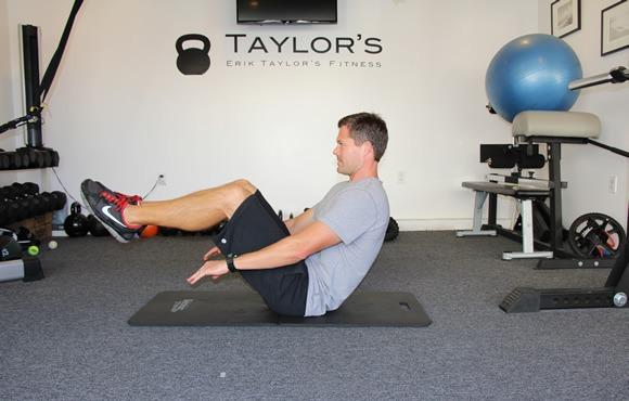 8 تمرین برای بالا بردن آمادگی جسمانی که باعث می شود بشناگر بهتری باشیم: نشستن به شکل V