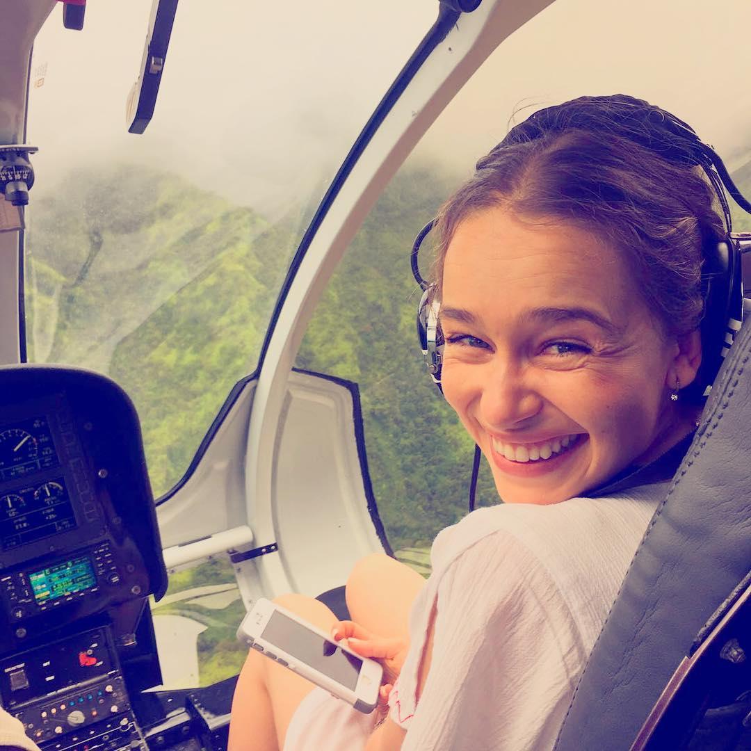 عکس امیلیا کلارک در هواپیما