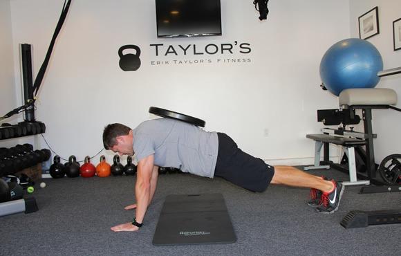 8 تمرین برای بهبود شنا از طریق تقویت آمادگی جسمانی: پلانک با وزنه
