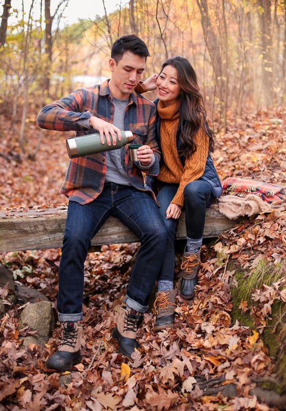 ژست عکس پاییزی عاشقانه و دونفره در طبیعت