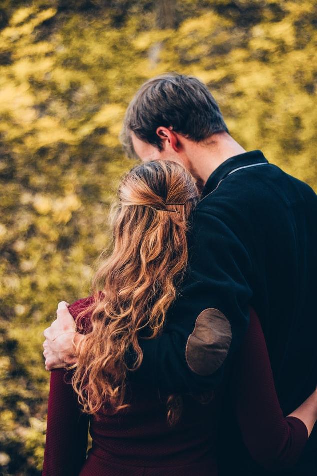 ژست مناسب برای گرفتن عکس های عاشقانه در فصل پاییز