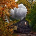 عکس قطار در منظره پاییزی برای پس زمینه موبایل