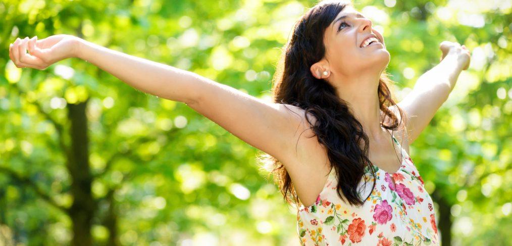 دختر شاد در طبیعت