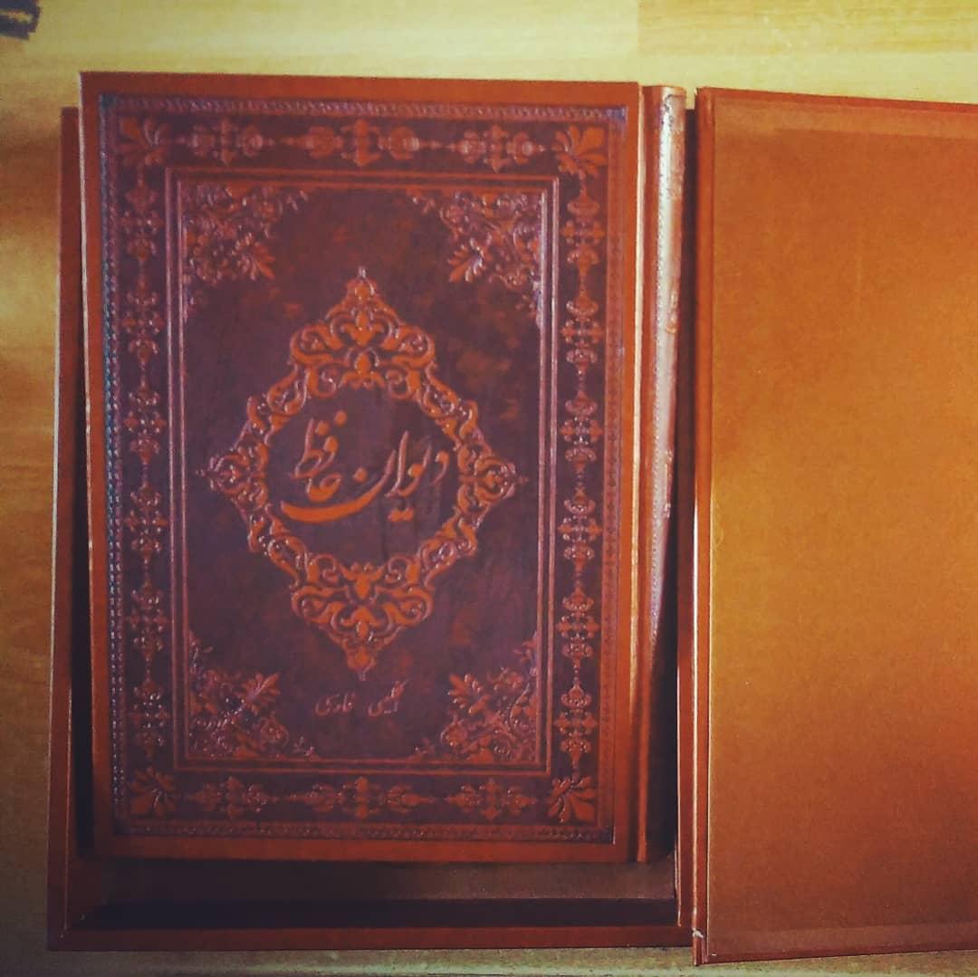 دیوان حافظ از هدیه های مخصوص روز پدر برای پدرهای اهل مطالعه