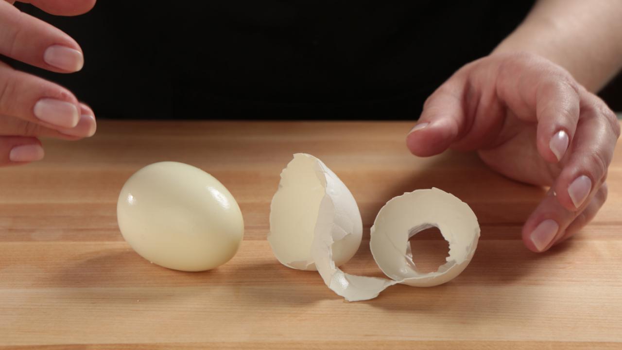 کندن پوست تخم مرغ آب پز با فوت