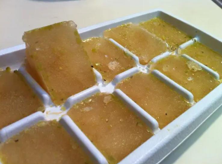 آبگوشت /مرغ/ قلمه و یا سبزیجات را با قالب یخ فریز کنید
