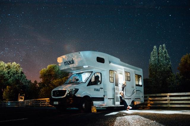 عکس از زیباترین کمپر مسافرتی در شب