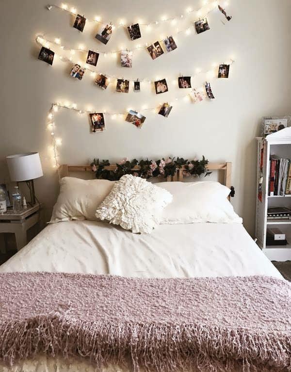 ایده برای چیدمان عکس روی دیوار با ریسه برای اتاق خواب