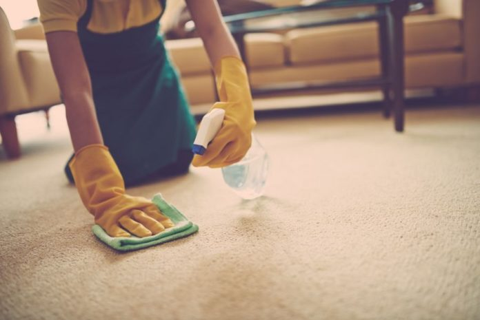 لکه لبو روی لباس و فرش را چگونه پاک کنیم؟