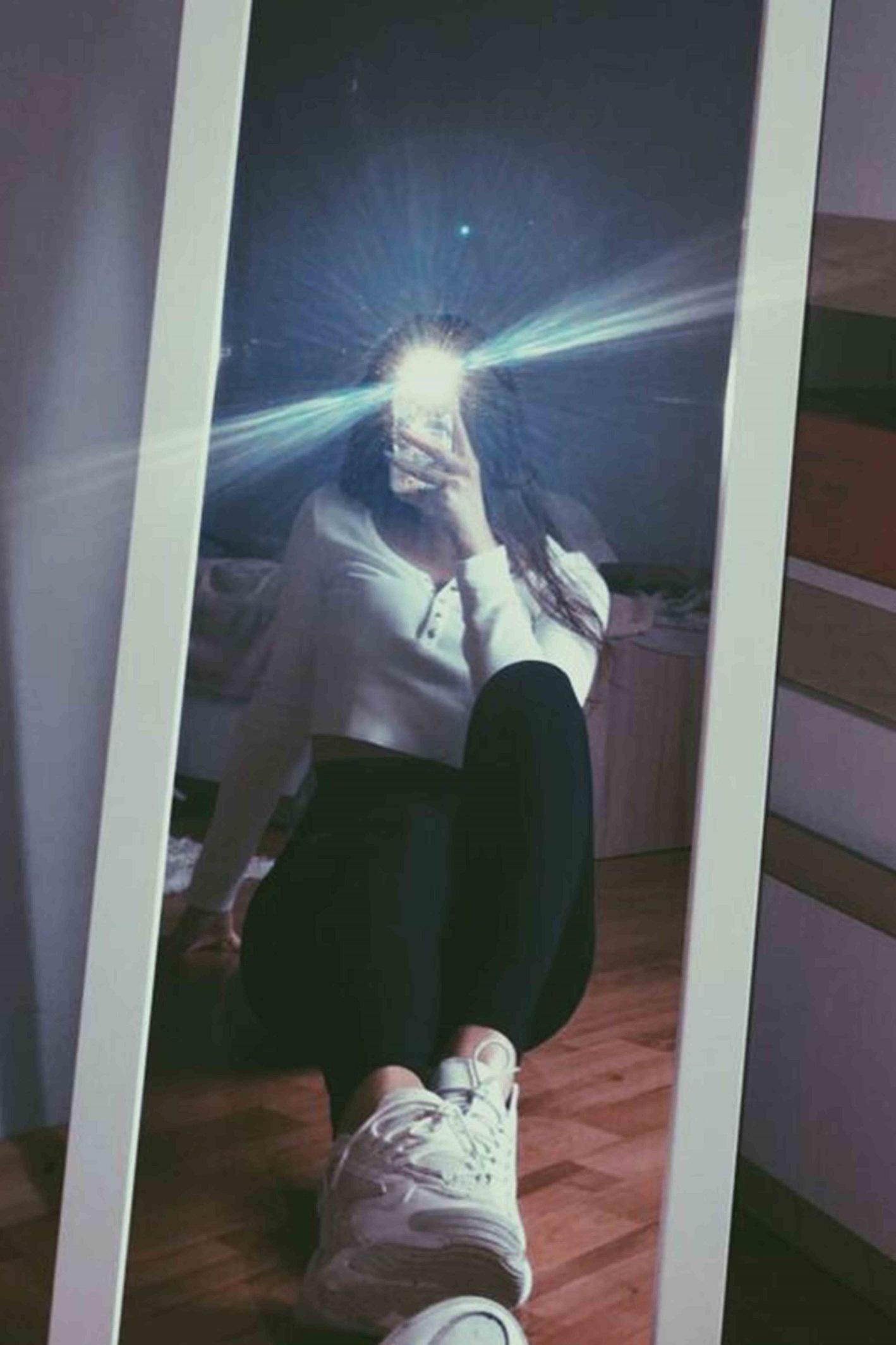 ژست عکس سلفی در آینه خاص دخترانه