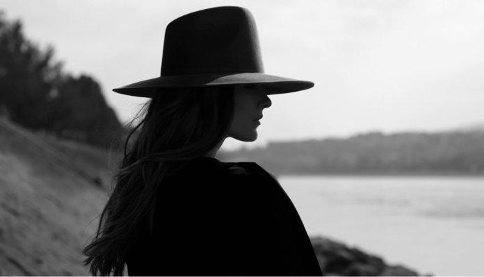 عکس سیاه سفید دختر باکلاه