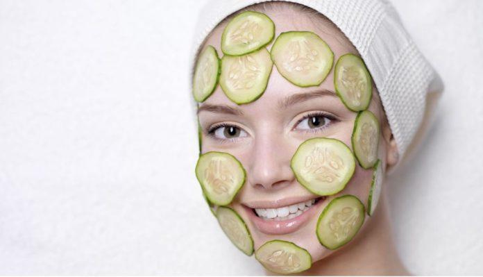 طرز تهیه ماسک خیار و گلاب برای چاقی صورت