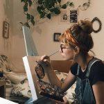 عکس جذاب دختر در حال نقاشی