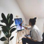 عکس دختر در حال نقاشی کشیدن