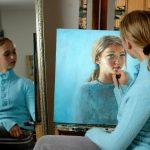 عکس دختر زیبا در حال نقاشی