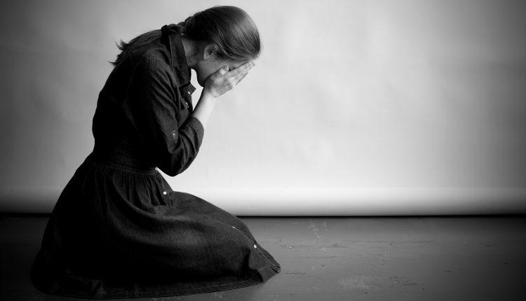 عکس دختر در حال گریه بدون متن